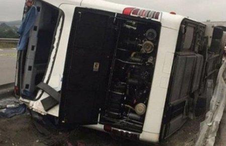 Bakıda dəhşət: Avtobus və maşın toqquşdu, hər ikisi körpüdən aşdı - Yaralılar var