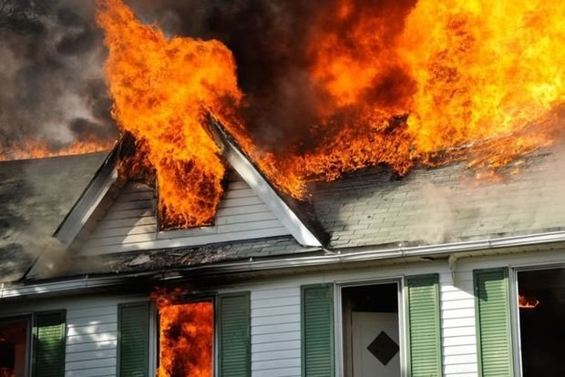 Bakıda üçotaqlı ev yandı